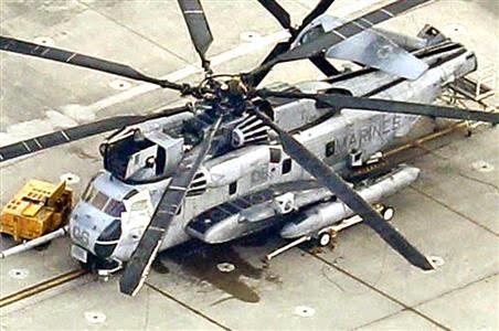 操縦席左側の窓がシートで覆われた米軍のCH53Eヘリ
